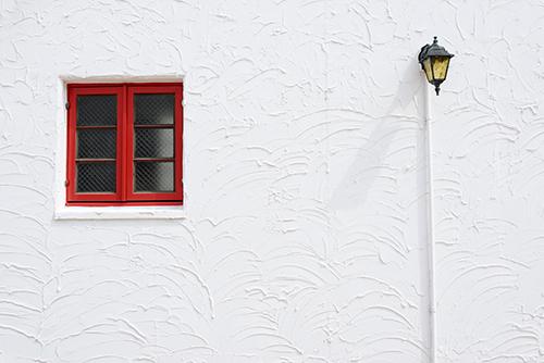 塗り替えられた白い外壁